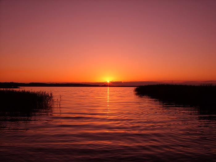 Por que o Sol assume a cor vermelha quando se põe no horizonte?